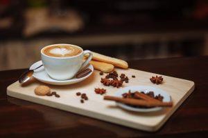 הגשת קפה בבית קפה